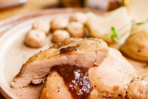 香嫩雞腿排佐粉紅酒醬汁 Braised Asia Flavor Chicken