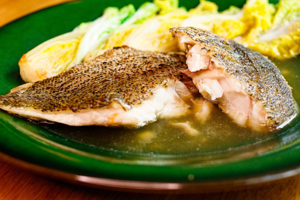 香煎青斑魚排佐綠茶昆布汁 Pan Fried Greasy Grouper with Green Tea Soup